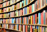 Eine Bücherwand mit lauter Büchern, Buch