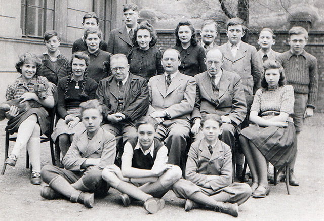 """""""Schule für christliche und konfessionslose Nicht-Arier"""", 5., Grüngasse 14, im Juni 1942.. 1: Reihe sitzend (Mitte) Walter Eckstein, 3. Reihe 1.v.l. Arik Brauer."""
