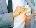 Mann steckt Geld in die Brusttasche