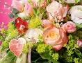 Ein Blumenstrauß in den Farben rosa, weiß und grün