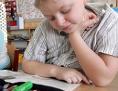 Volksschüler lesen in einem Buch