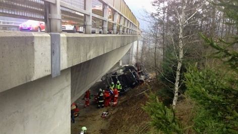 LKW ist von Brücke gestürzt