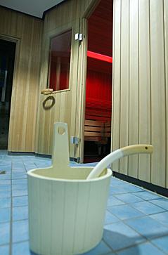 Aufguss-Kübel vor Sauna