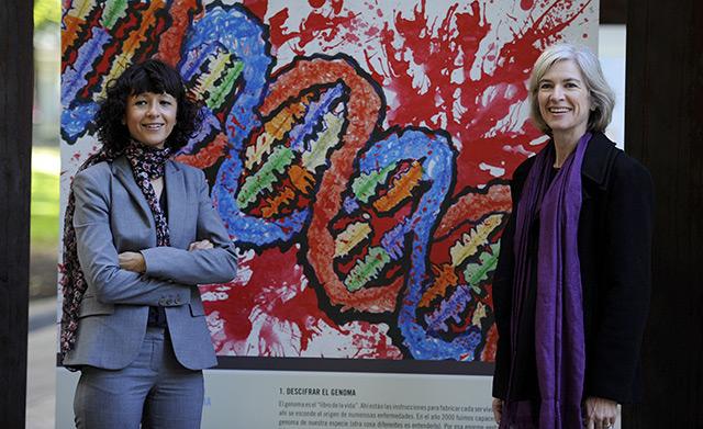 Jennifer Doudna und Emmanuelle Charpentier (l.) vor einem DNA-Bild