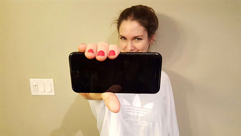 Gabi Hiller hält stolz ihr Handy in die Kamera