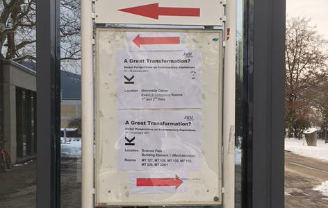 Verwirrende Pfeile auf Schildern, die zur Polanyi-Konferenz führen sollen