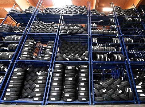 Ein hohes Regal in einer Lagerhalle mit unzähligen Reifen