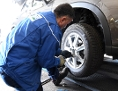 Ein Automechaniker beim Reifenwechsel