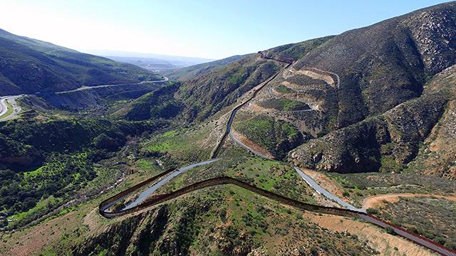 Luftbild: die Mauer zwischen Mexiko und den USA