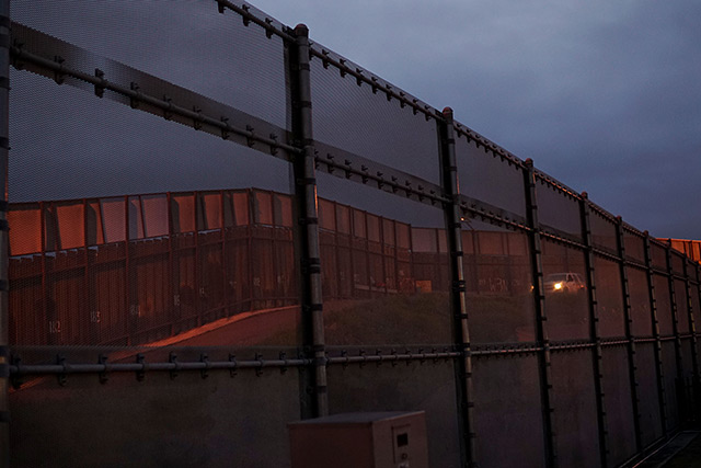 Mauer zwischen Mexiko und USA in der Nacht