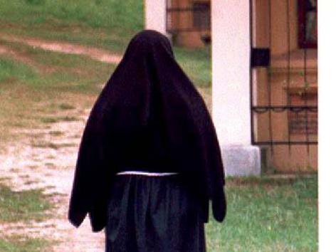 Rückansicht einer Ordensfrau mit Schleier