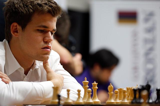 Magnus Carlsen am Schachbrett