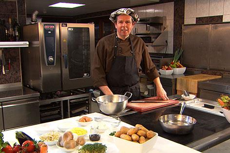 Gert Seebauer in seiner Küche in Anthering