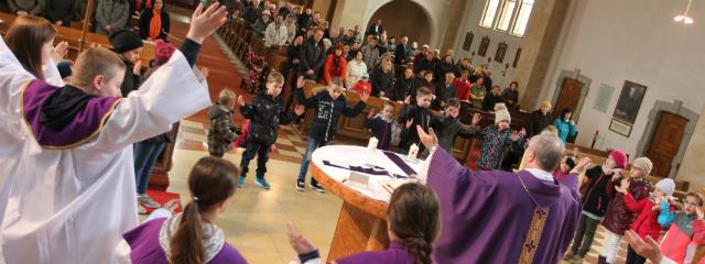 Gemeinde vom Altarraum aus beim Hochheben der Hände zum Vaterunser