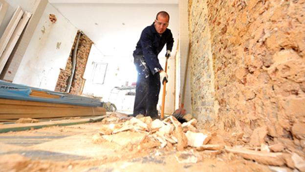 Mann renoviert Zimmer