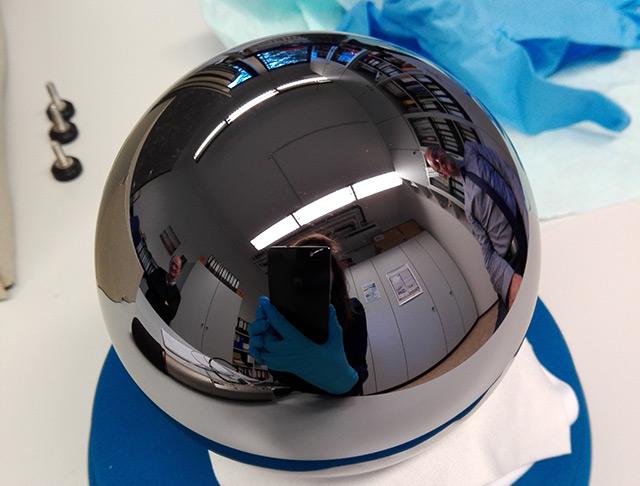 Glatt und spiegelnd: Silizium-Kugel