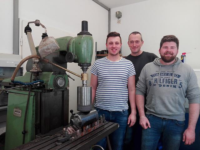 Rudolf Meeß und seine Mitarbeiter in der Werkstatt