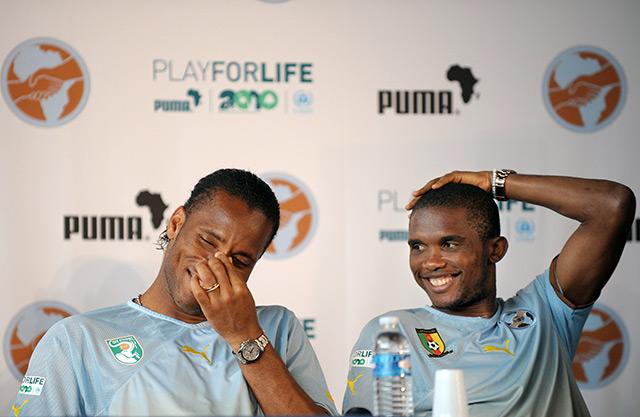 Fußballspieler Didier Drogba und Samuel Eto'o bei einer Pressekonferenz