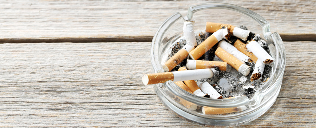 Rauchende Zigarette in einem Aschenbecher
