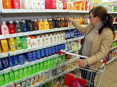 Supermarkt, Kosmetika, Frau mit Einkaufswagen