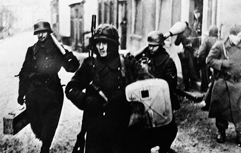 Deutsche Soldaten in einem Dorf im Saarland im Jänner 1945, das Foto stammt vom Büro Laux
