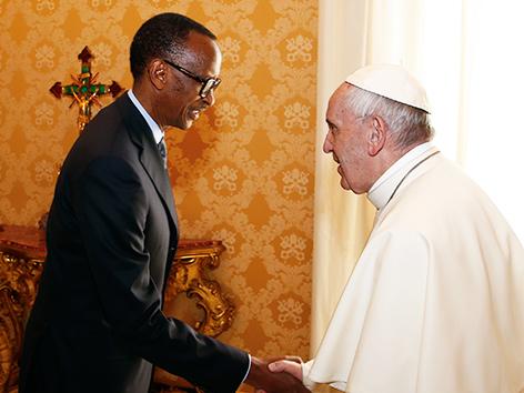 Ruandas Präsident Paul Kagame und Papst Franziskus beim Händeschütteln