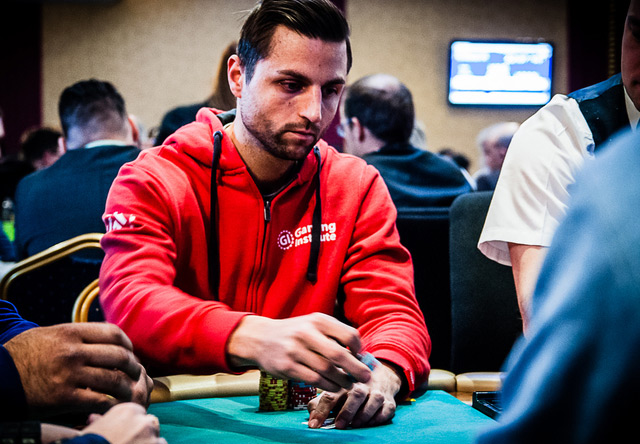 Martin Sturc spielt an einem Tisch Poker
