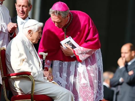 Der emeritierte Papst Benedikt XVI. und sein Sekretär Kardinal Georg Gänswein