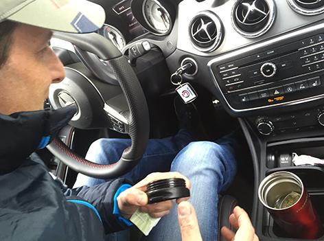 Tom Walek mit seinem Teebeutel im Auto