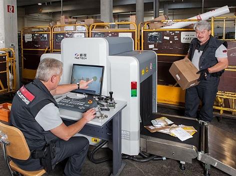 Zollkontrolle von Briefen und Paketen mitttels Röntgengerät
