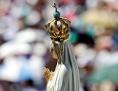 Madonnenstatue wird am Jahrestag der Erscheinung in Fatima durch den Ort getragen
