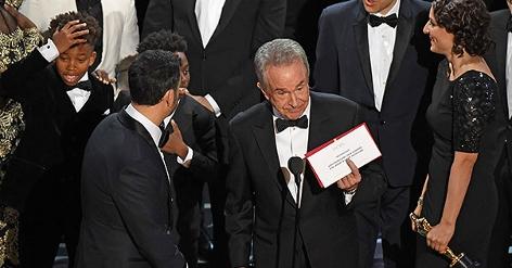 Warren Beatty bei der Verkündung des Oscar-Films