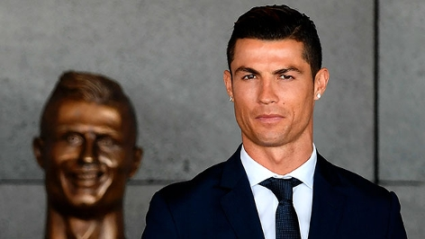 Cristiano Ronaldo neben ein Büste