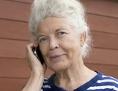 eine ältere Frau telefoniert mit einem Handy