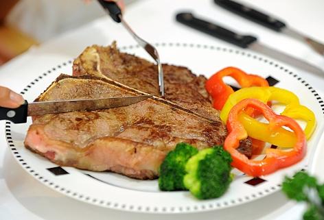zubereitetes T-Bone Steak auf einem Teller