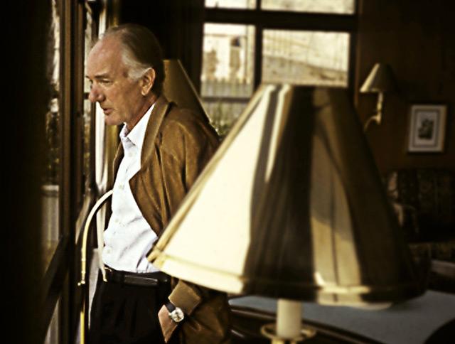Schriftsteller Thomas Bernhard am Fenster stehend