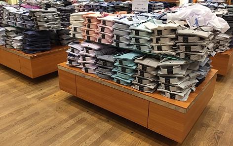 Hemden in einem Geschäft