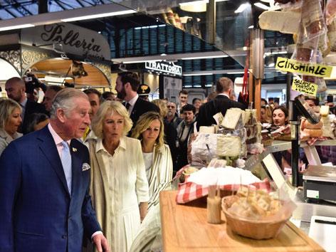 Prinz Charles und Camilla auf einem Markt in Florenz
