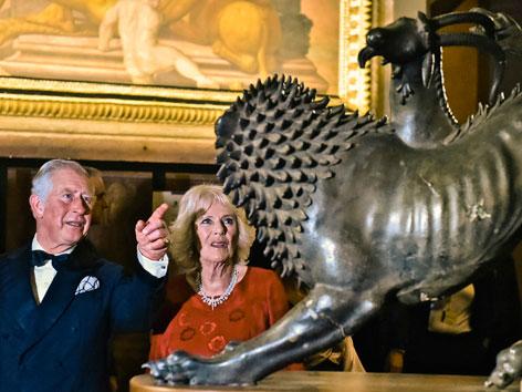 Prinz Charles und Camilla bei einer etruskischen Bronzestatue eines Löwen in Florenz