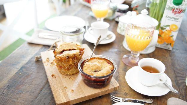 Frühstückstisch mit Tee, Orangensaft