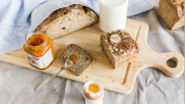 Frühstück: Brot, weiches Ei, Marmelade