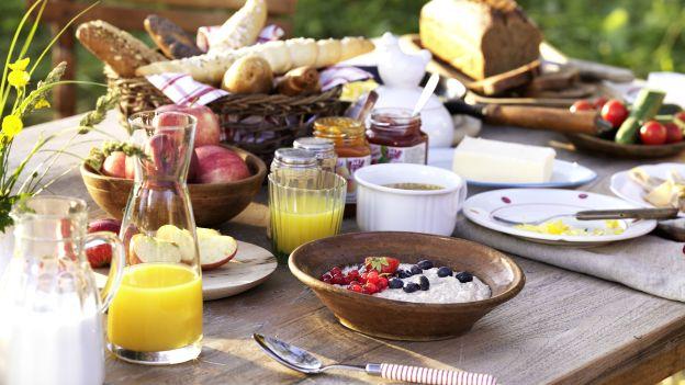 Frühstückstisch im Grünen
