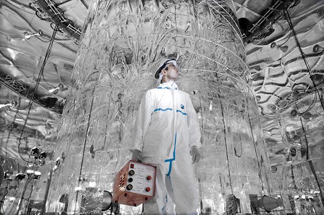Forscher in silber ausgekleidetem Laboratorium
