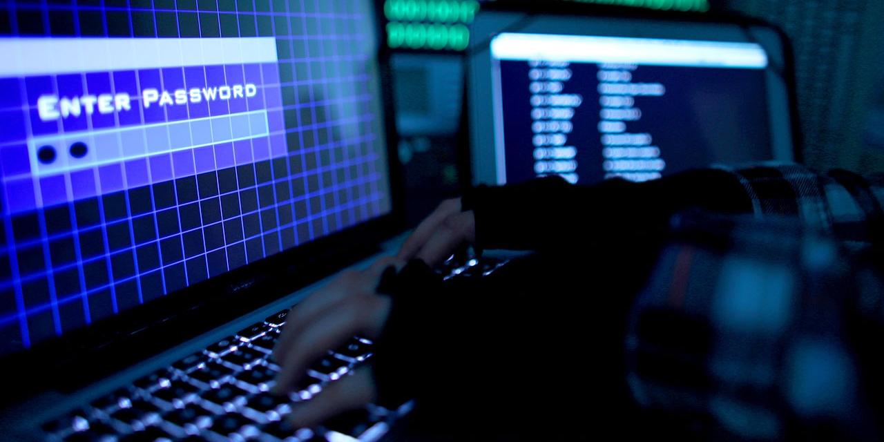 Hand am Computerbildschirm / Hacker / Passwort