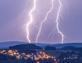 Blitze über einer Stadt