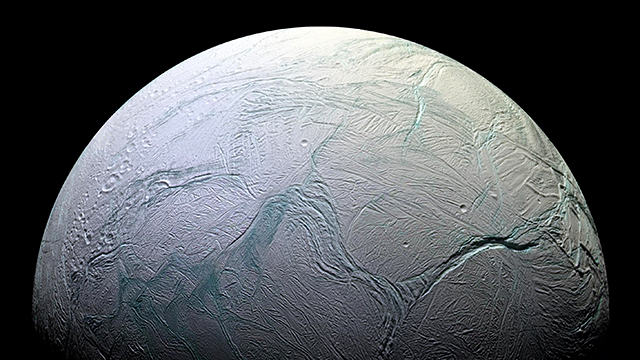 Weißer Himmelskörper: Saturn-Mond Enceladus