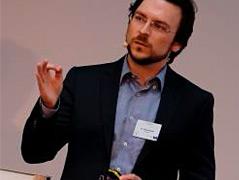 Quantenphysiker Florian Neukart beim Erklären vor einer Tafel