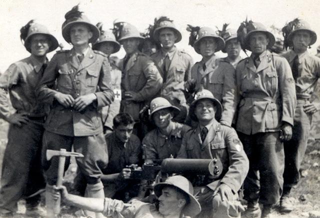 Andrä Ralser (liegend) posiert mit italienischen Soldaten für den Fotografen.