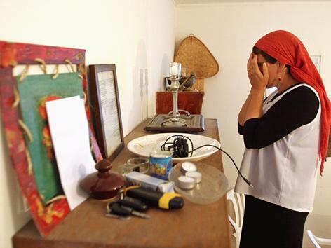 Jüdische Frau zündet Kerzen zum Sabbat an