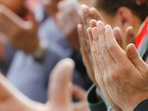 Hände muslimischer Männer beim Beten